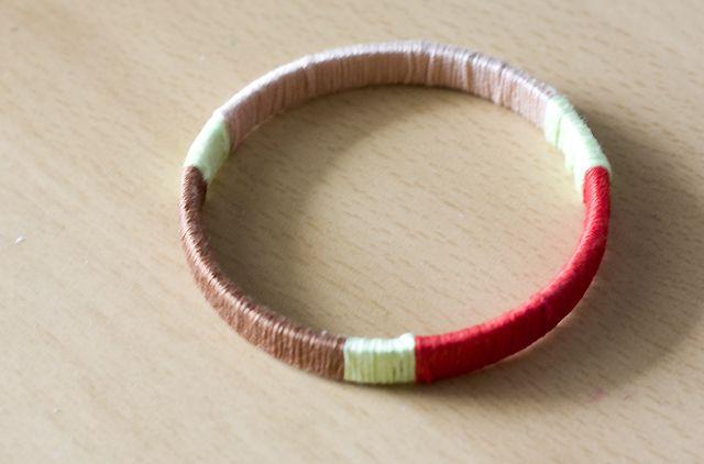 Baúl de tesoros: Pulsera forrada con hilos de colores
