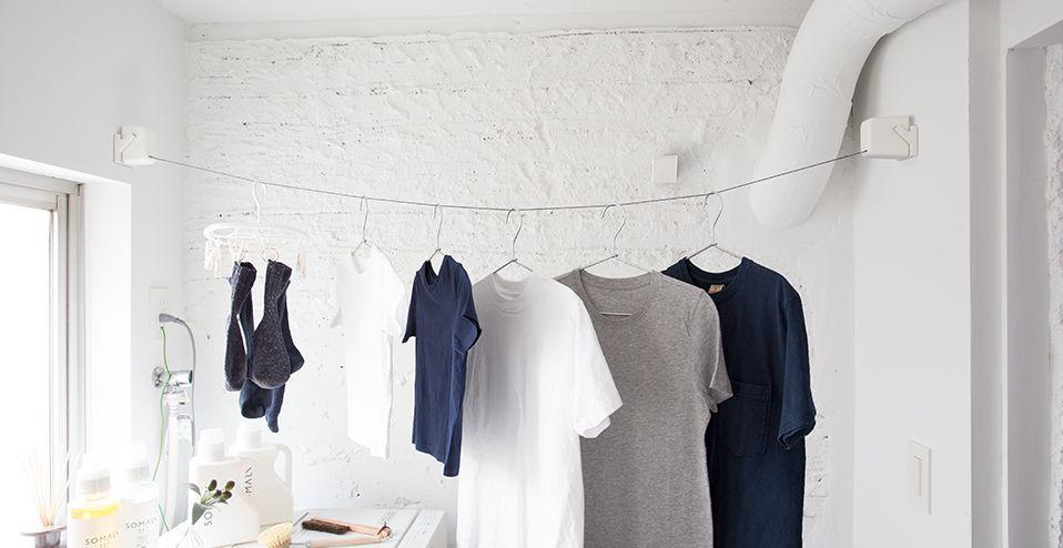 使いたいときに 使いたい場所で のばして干す。  STOK laundry(ストック ランドリー)は、洗面脱衣所などの狭い空間を有効活用できるよう、 直線だけでなく斜め掛けにも対応しています。また、ワンタッチで簡単に 本体の付け外しとロープの固定ができるため、使いたいときはすぐに取り付け、 使わないときにはさっと外してしまっておくことができます。 また、レールを洗面所だけでなくリビングや寝室など違う部屋にも 複数取り付けておくことで、部屋をまたいで様々なシーンでの活用ができます。
