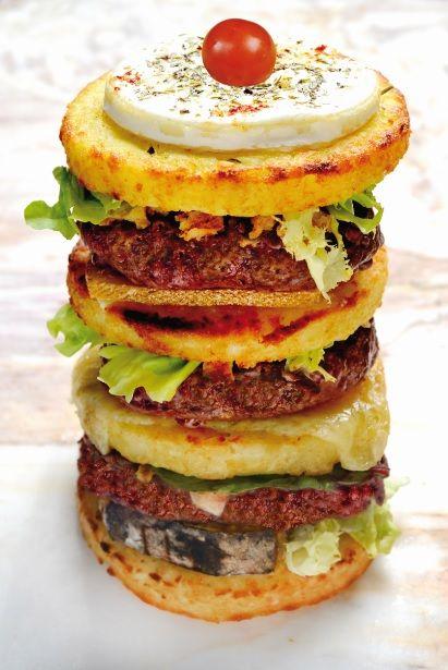 Patata Burger® Le Titan : Trois steaks hachés de Charolais 125gr façon bouchère, Tomme I.G.P. de Savoie, Emmental Français, fromage à raclette, fromage de chèvre à l'huile d'olive et herbes de Provences.
