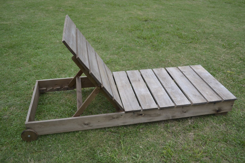 Reposera en madera reclinable con ruedas. $ 750.-