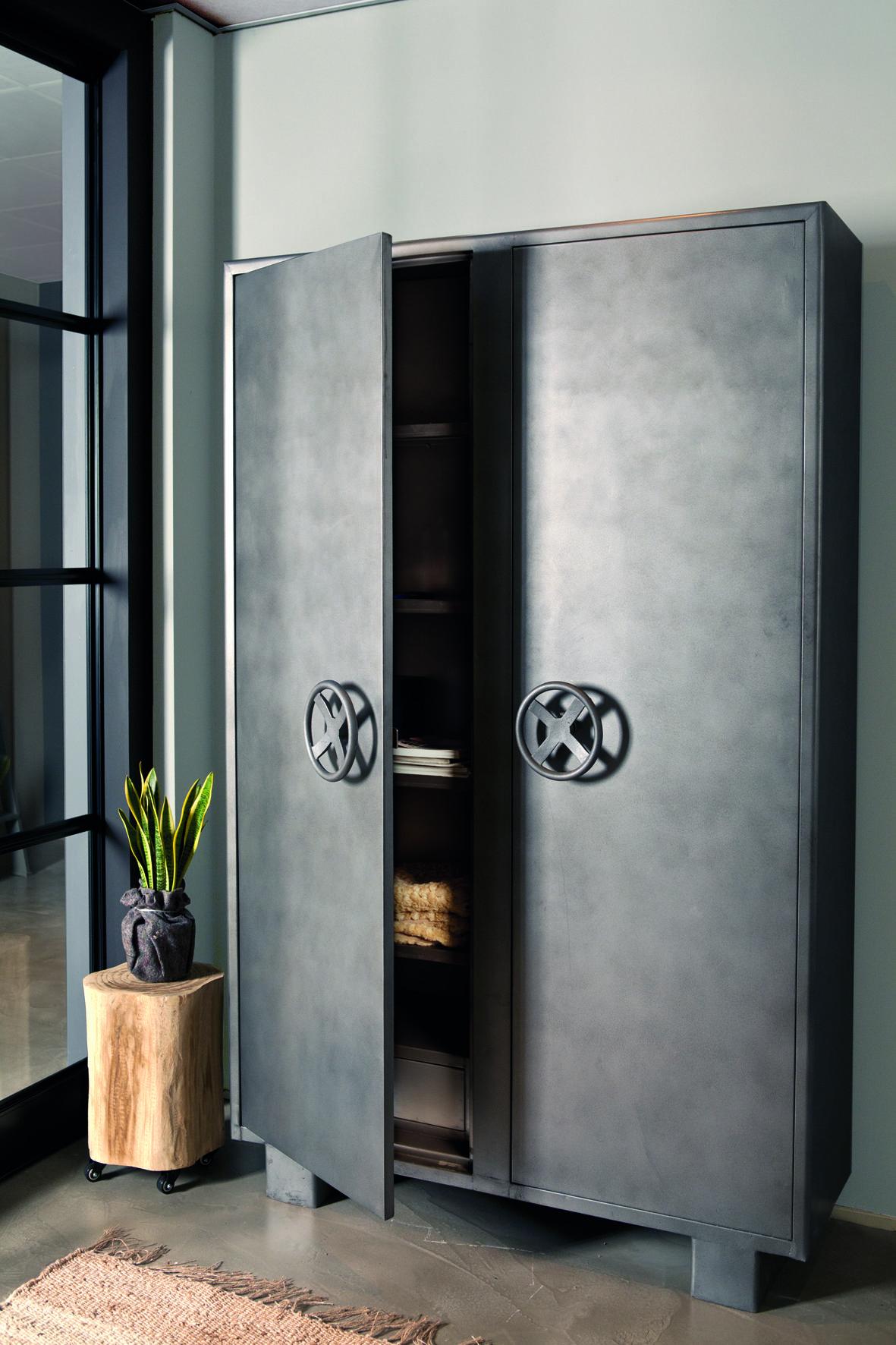 schrank tresor aus metall metallschrank m bel design schrank m bel und schrank regale. Black Bedroom Furniture Sets. Home Design Ideas