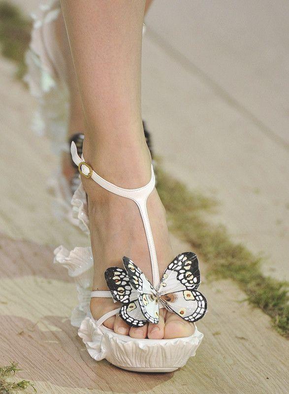 Sandalias blancas con original cuña y detalle de mariposa | diseño ...