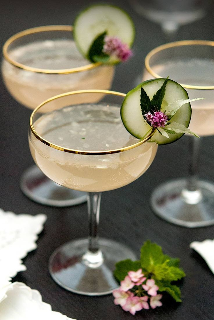 Sparkling Pink Grapefruit Cocktail with Cucumber #grapefruitcocktail