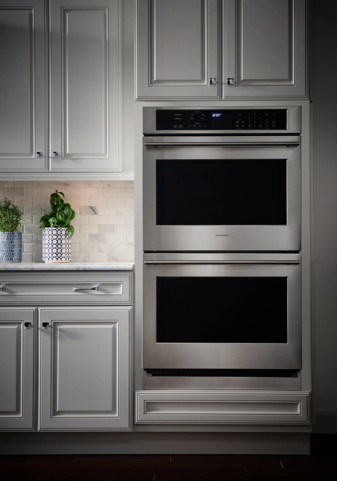The Design Simplicity Of Monogram Wall Ovens Takes Shape In Many Ways From Sleekly Styled European Ovens With T Wall Oven Electric Wall Oven Wall Oven Kitchen