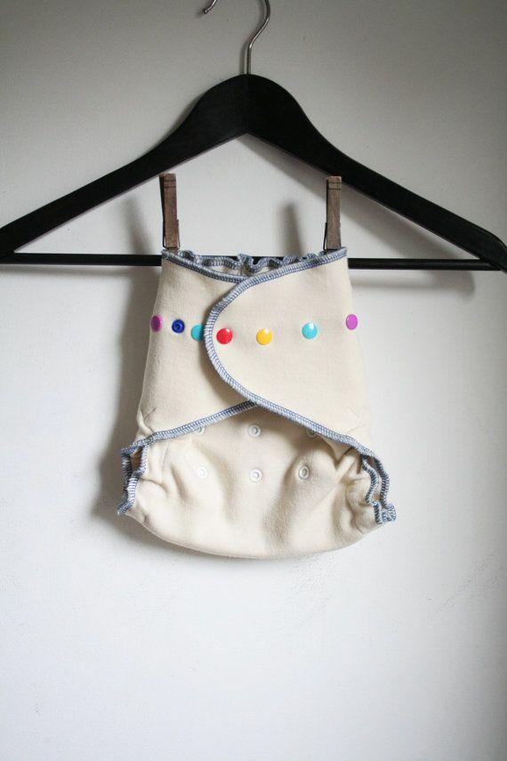 """Wool wrap fra """"rebourne"""" på etsy.com. Litt store i begynnelsen, men desto bedre egnet til natt-bleiene. Virket behagelige, og gav veldig lite problemer med lekkasje! Lages av gamle gensere tror jeg, så det  hender det dukker opp noen ganske spreke på sida hennes. =) Denne lenken er til """"custom made"""""""