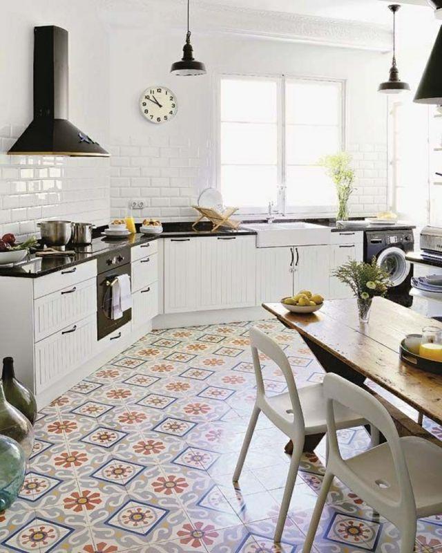 Super cuisine avec carrelage ancien vintage au sol mais aussi sur le mur