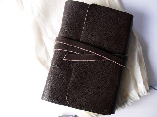 2a5d3b11466f photo n°1   Beau carnet format voyage épais en cuir souple brun modèle Timu