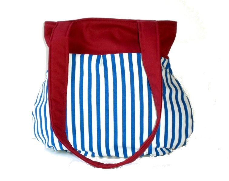 wunderschöne maritime Tasche aus Baumwollstoff im Blau / Weißen Streifendesign mit roter Blende. Das Innenfutter und der Henkel sind aus passendem Bau