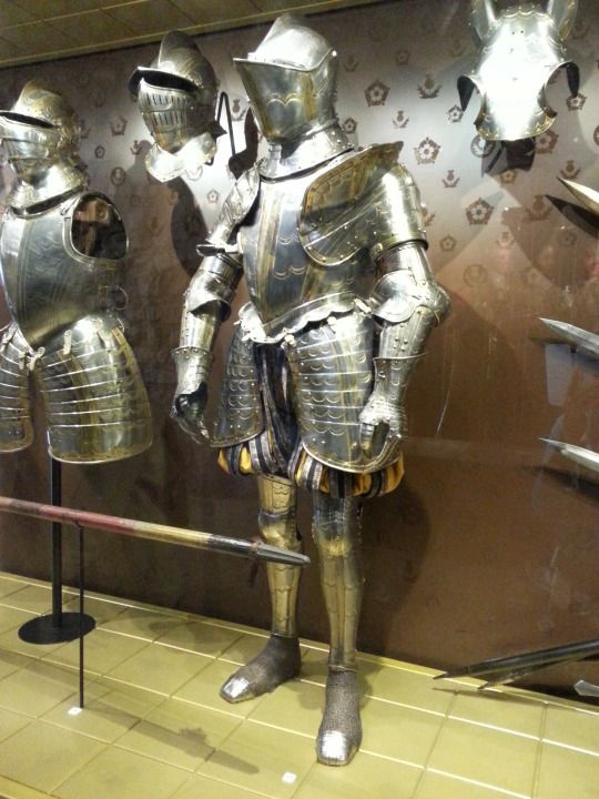 London Sightseeing ロンドン塔 ホワイト タワーでロイヤル武器庫 プレート アーマー ガルニチュールとハーフ シャッフ Knight Armor Medieval Armor Historical Armor