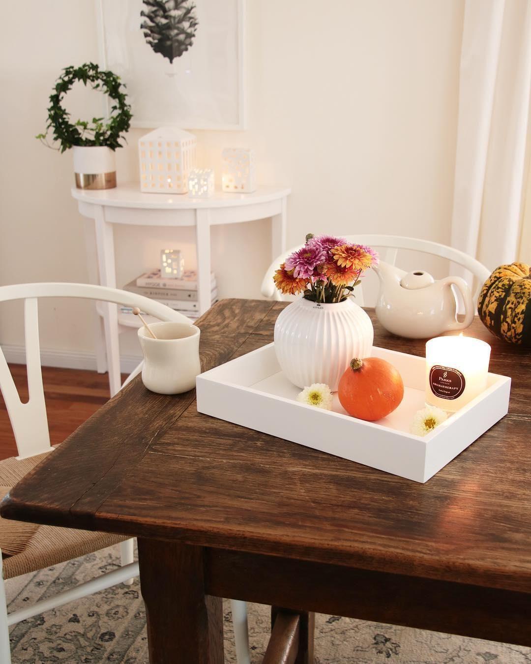 Tablett Tracy #tischdekoherbstesstisch Das Tablett Tracy ist die perfekte Basis für Deine Herbstdekoration! Einfach eine wunderschöne Vase mit Herbstblumen, eine Duftkerze und einen kleinen Kürbis auf dem Tablett platzieren - fertig ist eine herbstliche Tischdeko! // Esszimmer Herbst Tischdekoration Herbstdekoration Tablett Esstisch #Esszimmer #EsszimmerDekoration #EsszimmerIdeen #Tischdeko #HerbstDekoration @roeda_hus #herbstlichetischdeko Tablett Tracy #tischdekoherbstesstisch Das Tablett T #herbstlichetischdeko