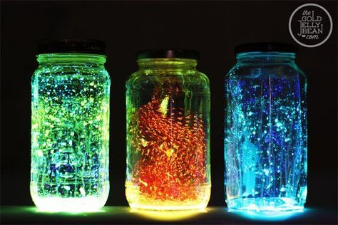 Hai dei barattoli inutilizzati? Non importa le loro dimensioni: che siano piccoli o grandi, è possibile trasformali, magari con l'aiuto dei nostri bambini, in qualcosa di stupefacente. Ad esempio delle fantastiche lampade dai colori fluorescenti per illuminare e arredare gli ambienti della nostra casa di notte.