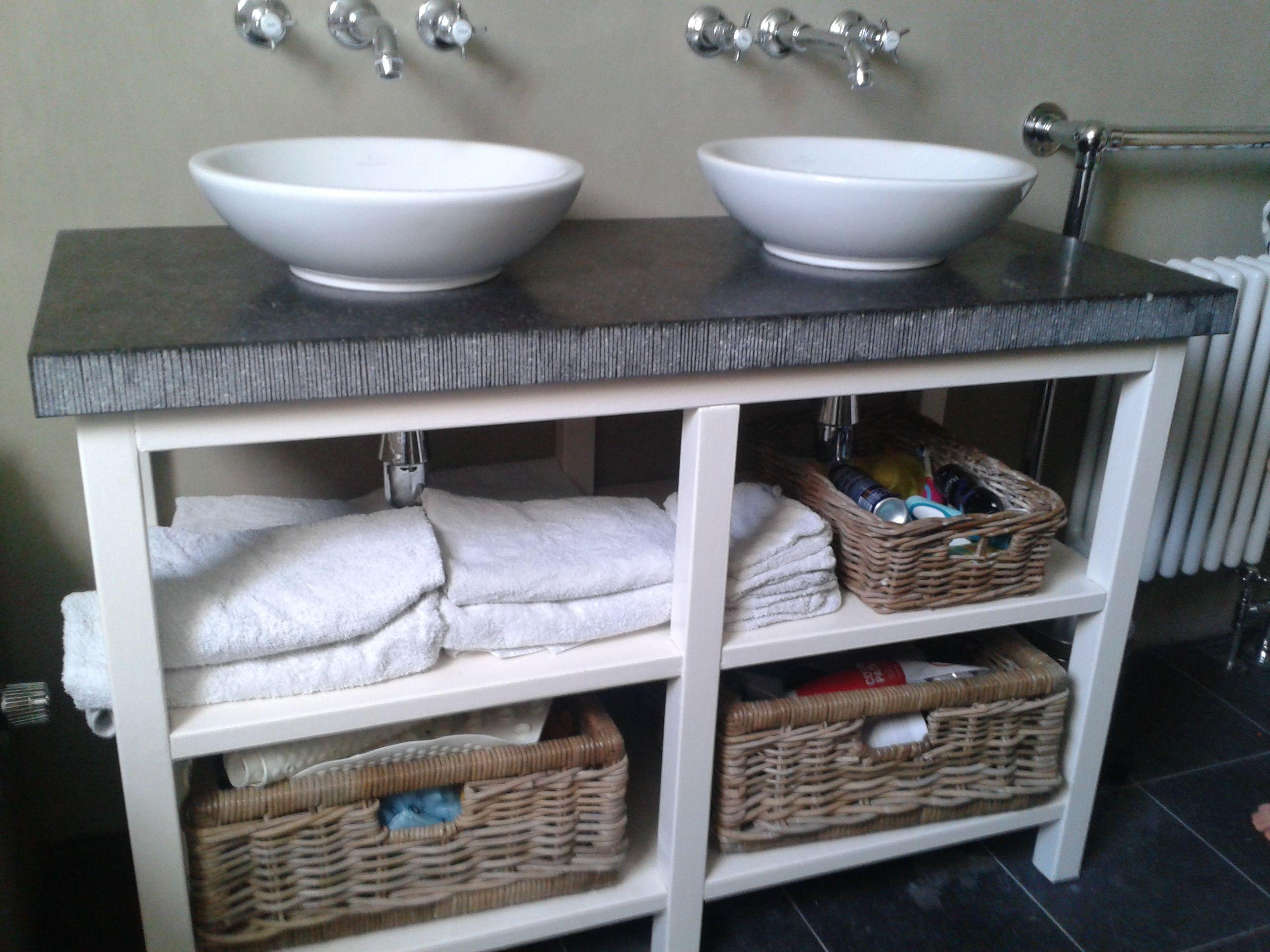 Beton Muur Badkamer : Badkamer wastafel met belgisch hardsteen en muren gestucd met beton