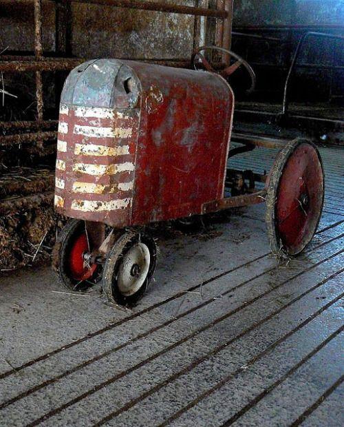 Barn Tractor par Lynn Fagerlie