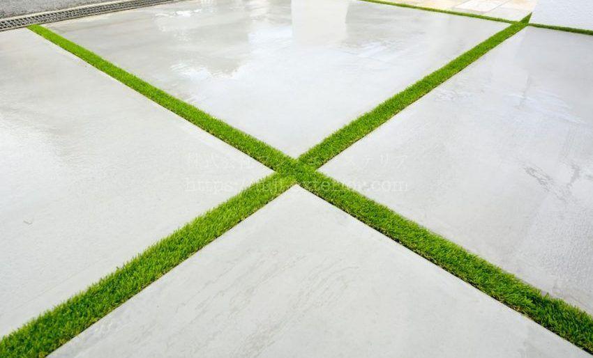 ガレージ床の草目地に人工芝 アイターフ コンクリート 目地 外構 コンクリートの庭