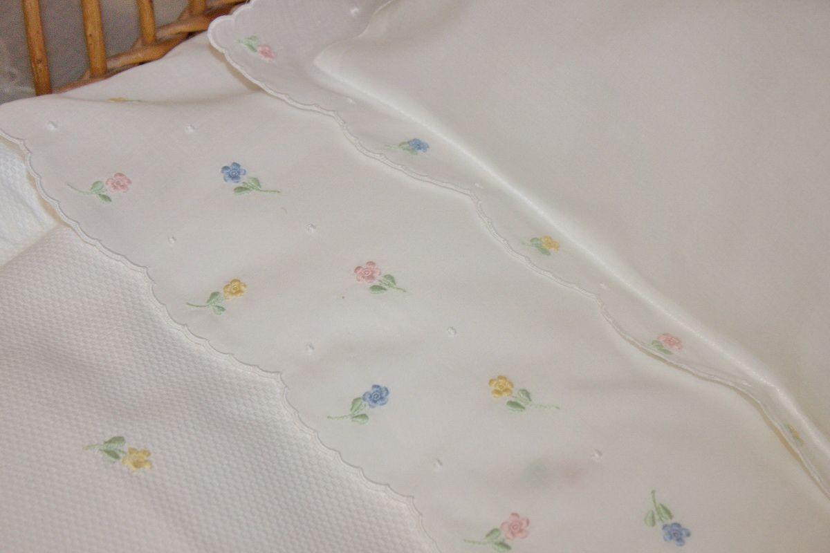 Edredon em piqué algodão, lençol e almofada em algodão bordados com viúvas, ponto corda, garanitos e caseado.