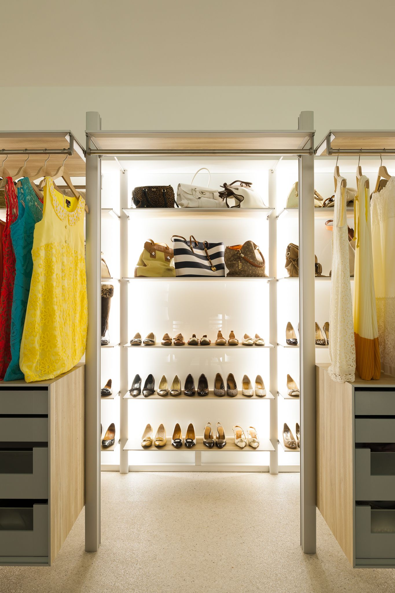 How to store shoes, pumps and handbags in a modern walk-in closet ...