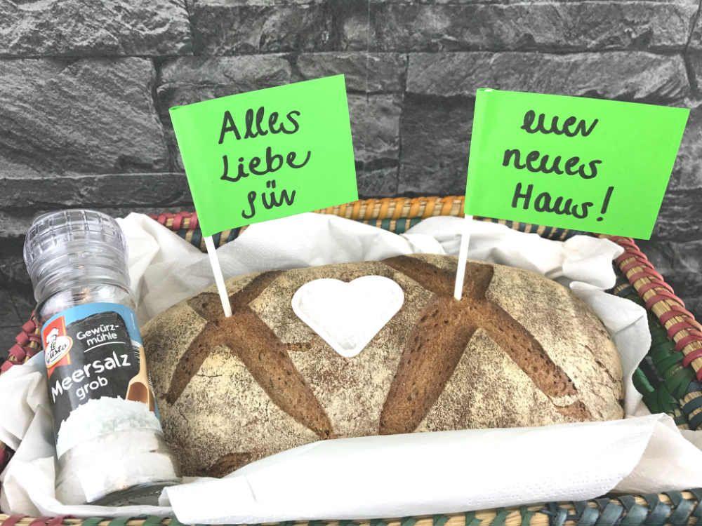 Brot und salz zum einzug zu verschenken hat eine for Traditionelles einweihungsgeschenk haus
