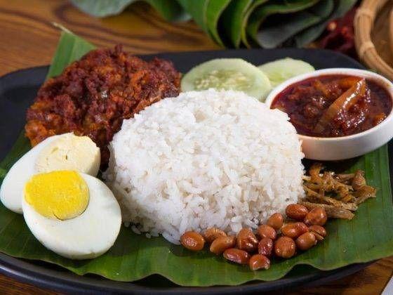 Nasi Uduk Betawi Dengan Sambal Kemiri Nasi Uduk Betawi Di 2021 Makanan Resep Kacang
