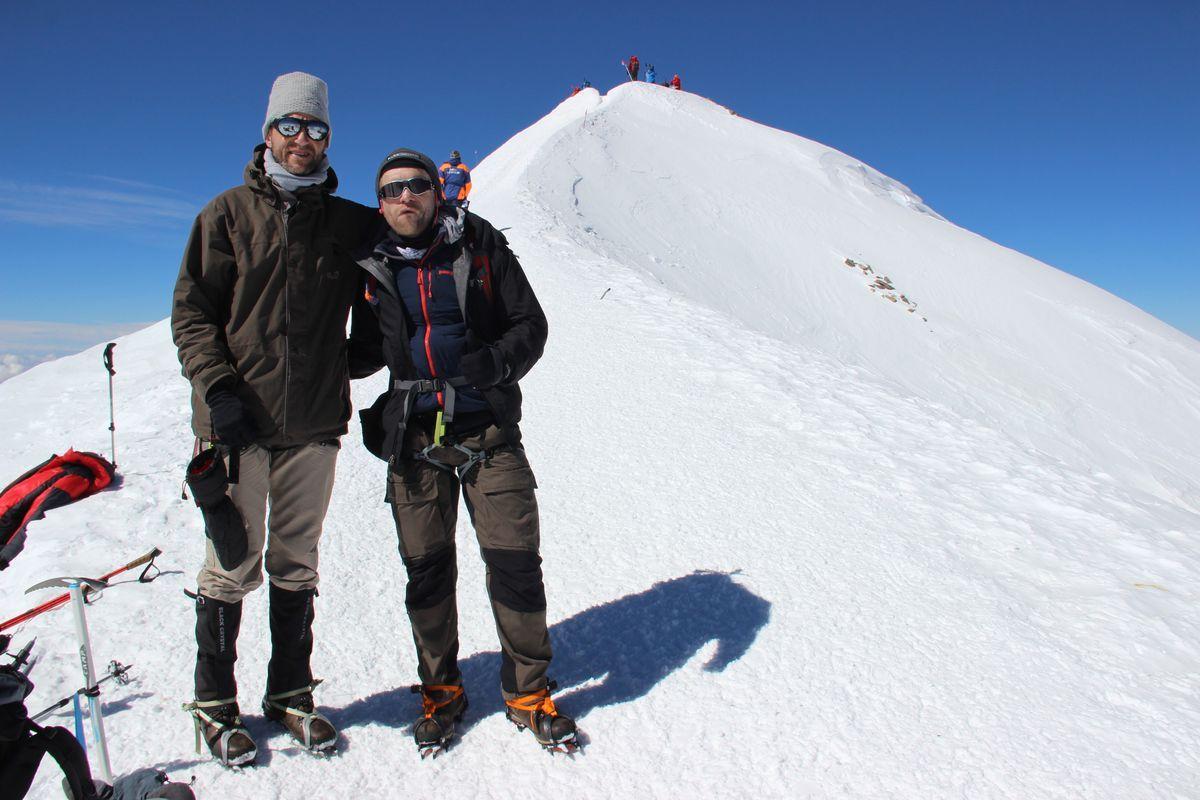 Tobias Dazenko und Nicolas Scheidtweiler am Westgipfel des #Elbrus nach dem Aufstieg   #7summits4help