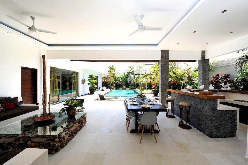 Ruang Makan Dan Ruang Tamu Besar Menghadap Kolam Renang Villa