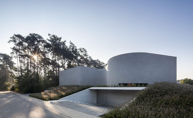 Concrete Curves This Free Flowing Belgian Villa Goes Against The Grain Architecture Architect Architecture Design