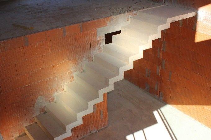 dessus d un escalier b ton en cr maill re droit avec palier interior design pinterest. Black Bedroom Furniture Sets. Home Design Ideas