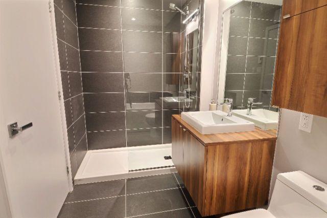 Salle de bain moderne avec douche en céramique et panneau de ...