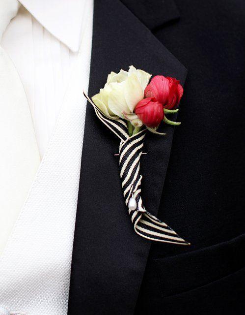 Botonier en rojo, blanco y negro, divertido y elegante.