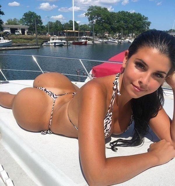 Tan lines lead the way to paradise (44 Photos) | Bikinis