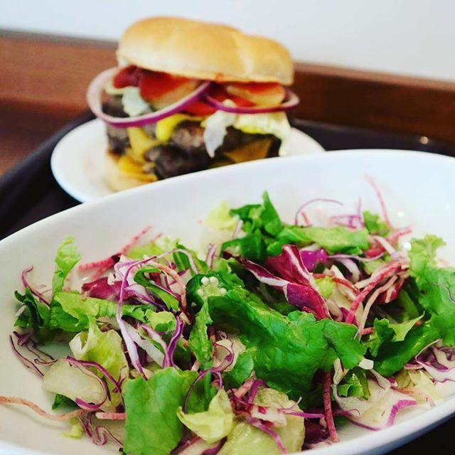 ハンバーガーと、『紫の酵素サラダ』で今日もさっぱりランチ(^^♪ 今、ファーストキッチンでは『FK-GAP』という野菜に対する取り組みを始めています。 9月1日、本日からトレーマット、クーポンで配布しているので、是非HPでチェックしてみてね♪  #ファーストキッチン #ファーストキッチンウェンディーズ #ウェンディーズ #ハンバーガー #身体に優しい  #酵素 #サラダ  #朝食  #晩御飯  #ランチ #お昼ごはん  #パン  #昼食 #クーポン #9月  #紫  #緑 #チーズ  #おいしい #ハンバーグ #キャベツ  #肉  #新鮮 #オクラ  #cheese #wendys  #dinner #lunch #breakfast #firstkitchin