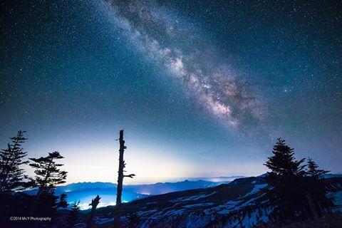 東京カメラ部 Editor's Choice:Makoto Yoneda. Probably a composite, but you can see the bands of the Milky Way's centre clearly. Just gorgeous.