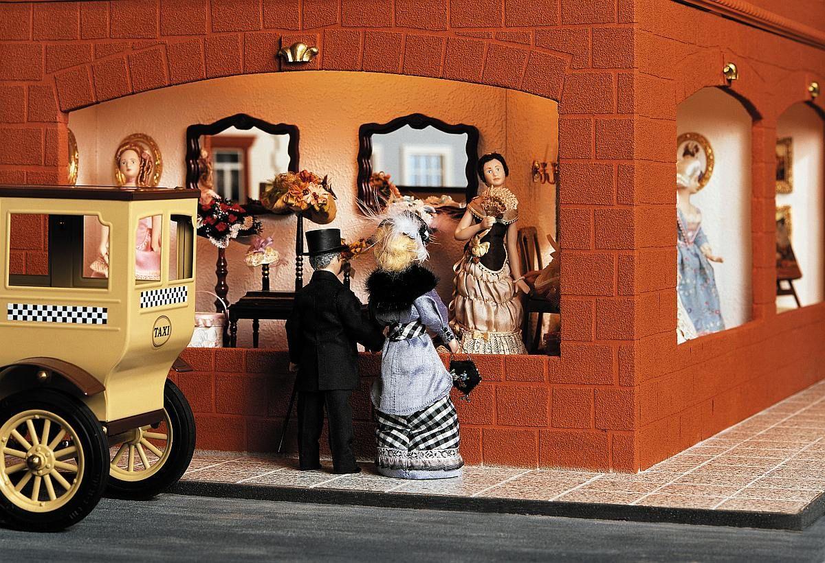 Das Schaufenster der Damenmode Abteilung im größten Miniatur Kaufhaus der Welt.