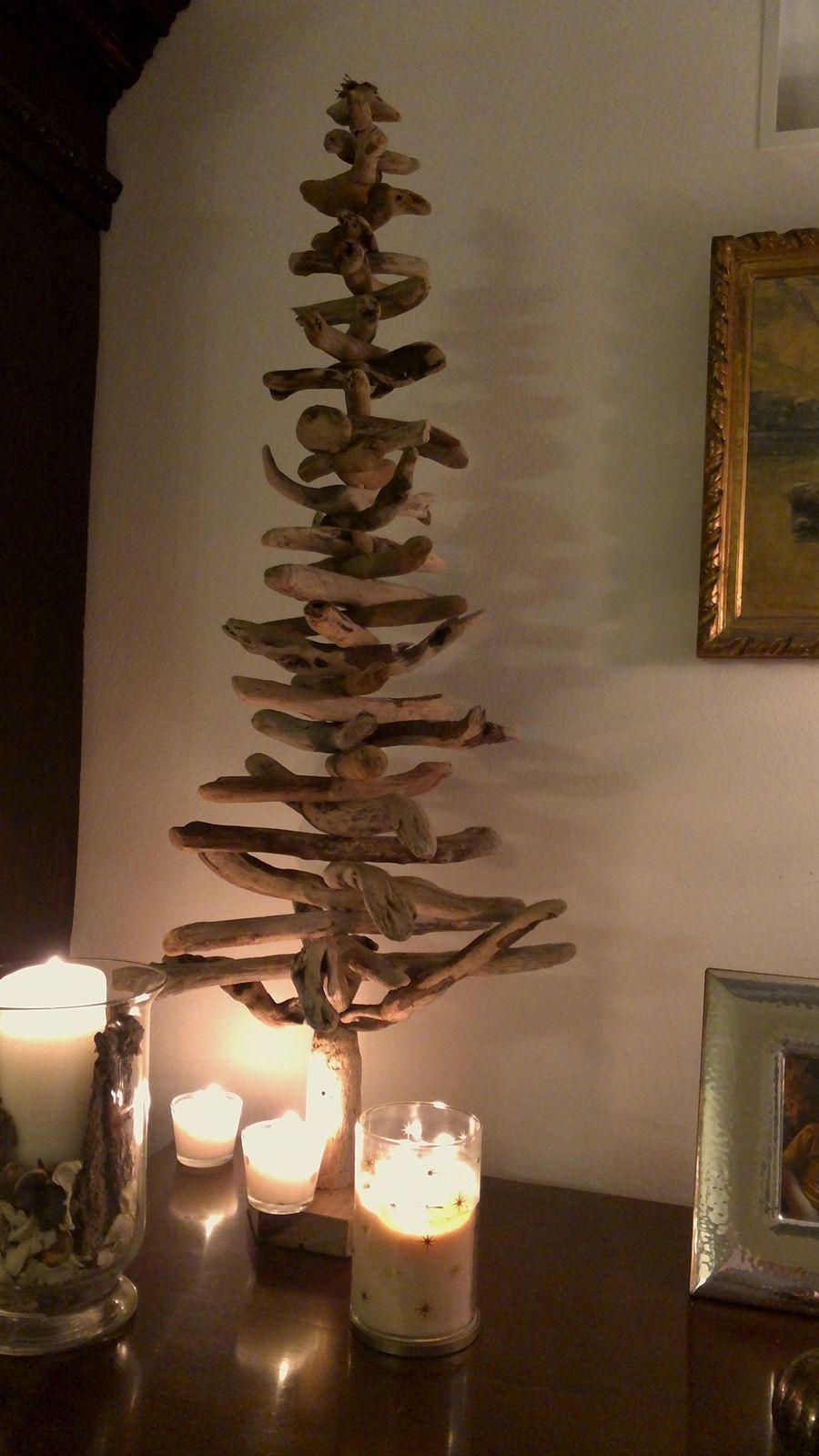 Per chi ancora non ha provveduto a comprarne uno, ecco due idee di albero natalizio fai da te: quello in carta di Monica C. e quello di Olivia G. fatto con legnetti raccolti in spiaggia.