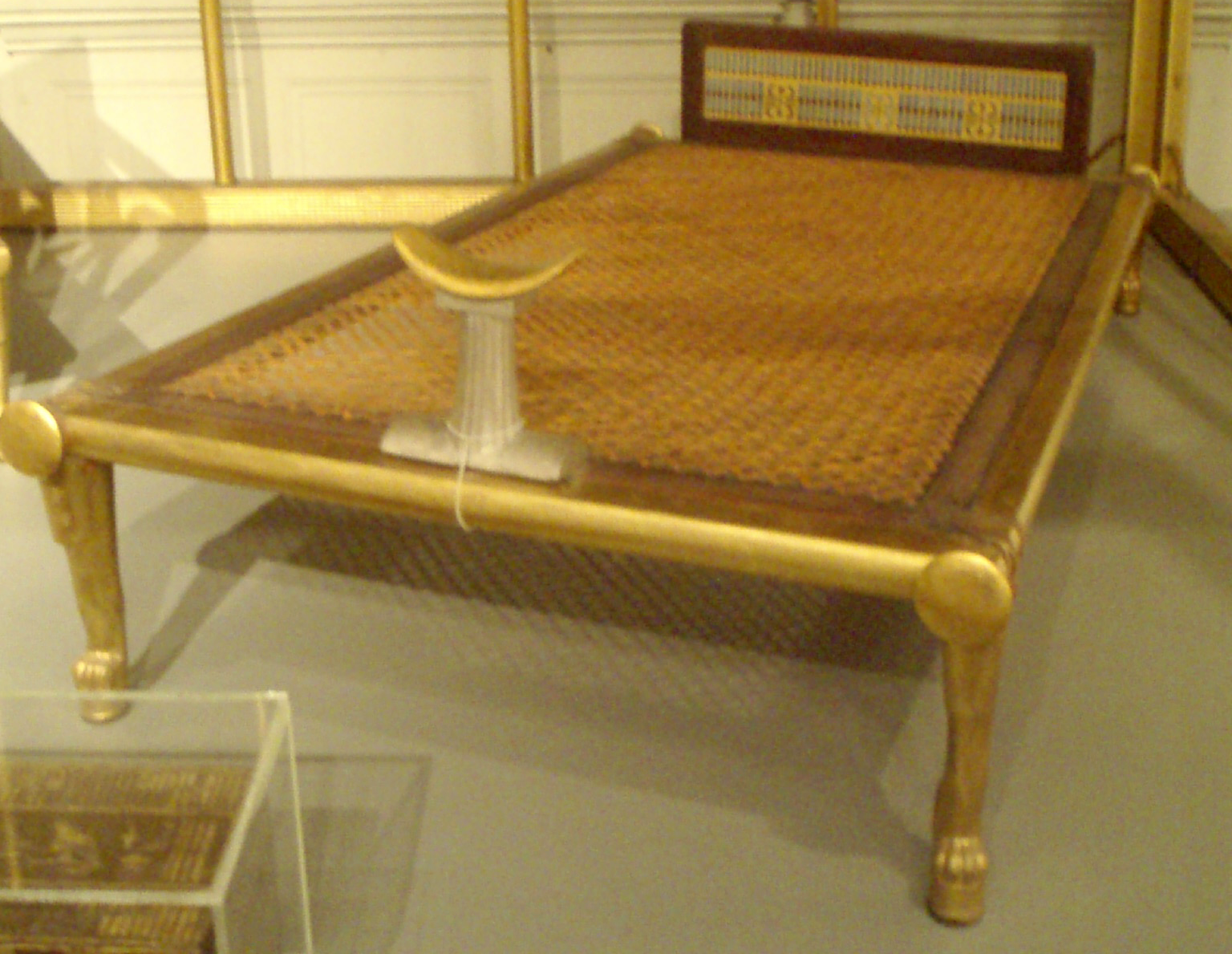 Ancient egyptian table - Ancient Egyptian Bed With A Curved Alabaster Headrest Standing Where We Would Put A Pillow