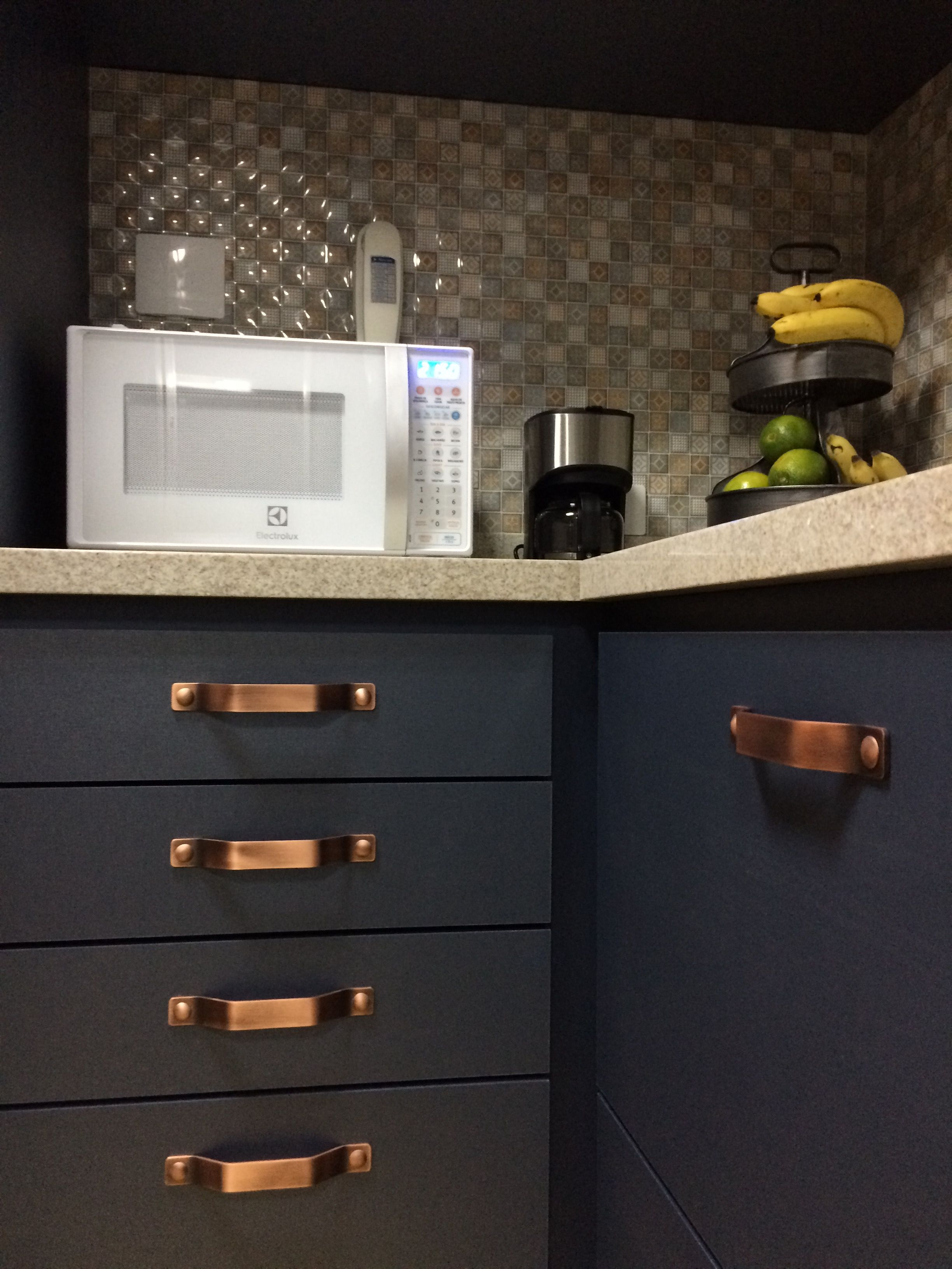 Cozinha azul marinho com cobre