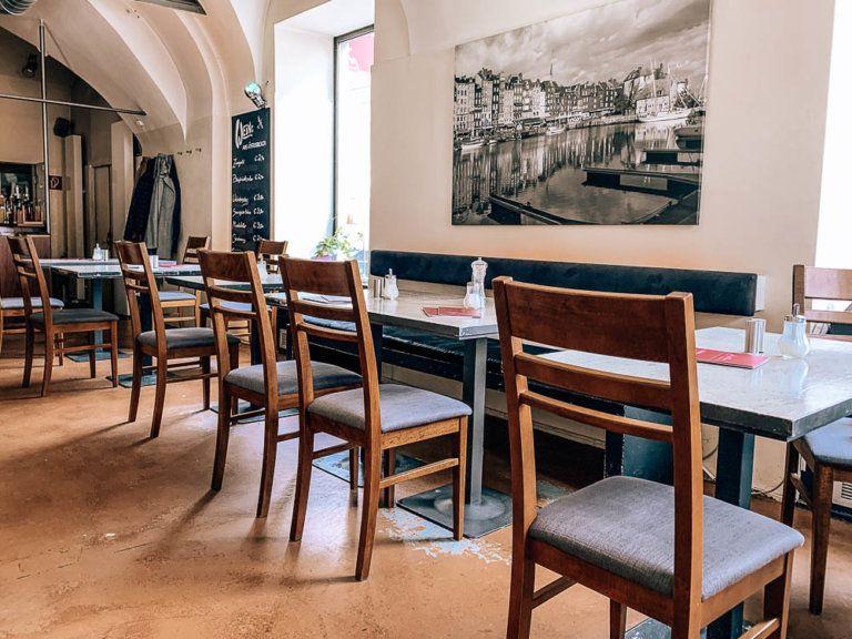3 Themen Cafes In Klagenfurt Die Du Unbedingt Mal Besuchen Musst Esstisch Franzosisches Bistro Cafe