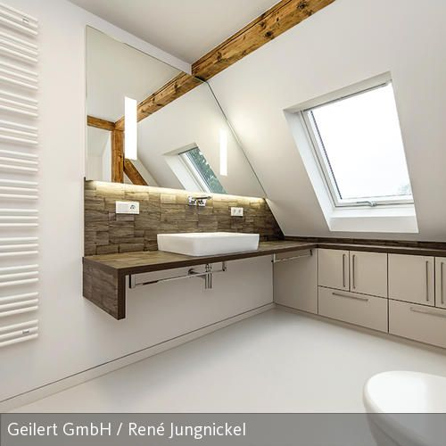 Modernes Bad Unterm Dach