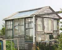 love this recycled greenhouse, quite perfect (for a small greenhouse)