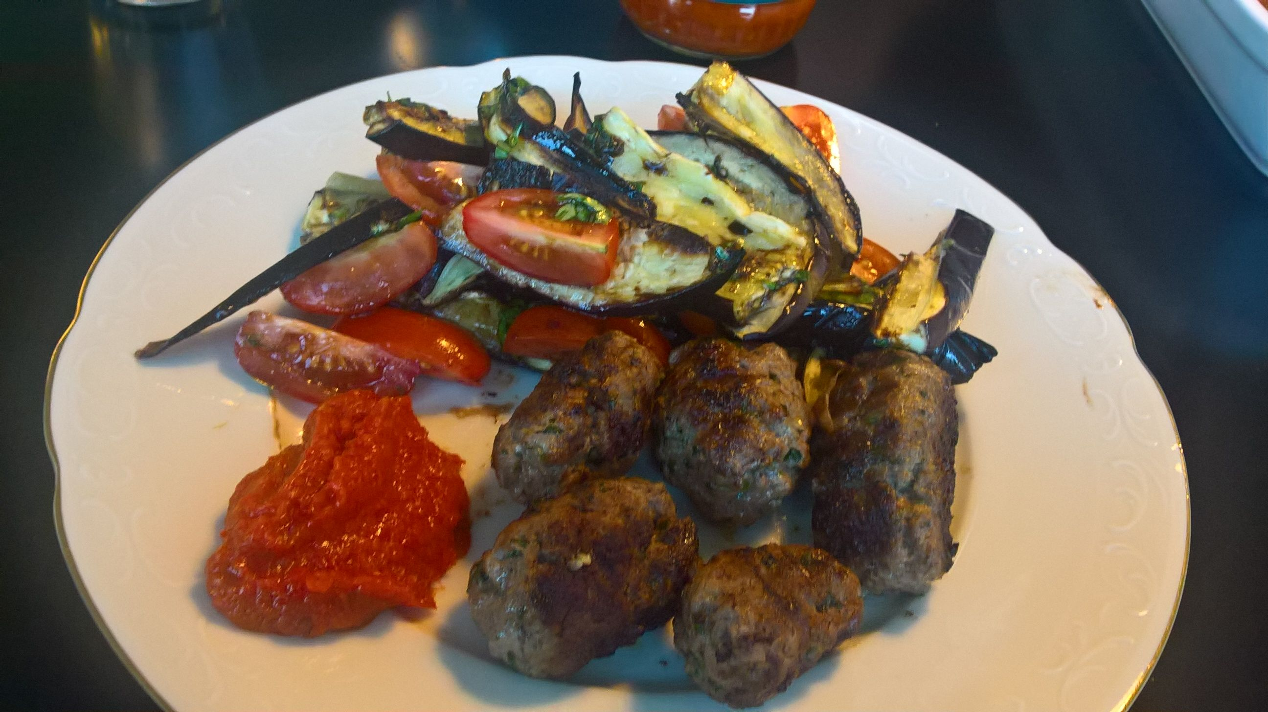 AFTENSMAD: Cevapcici med aubergine/tomatsalat og ajvar. Opskrift: Spis dig slank 6, side 66