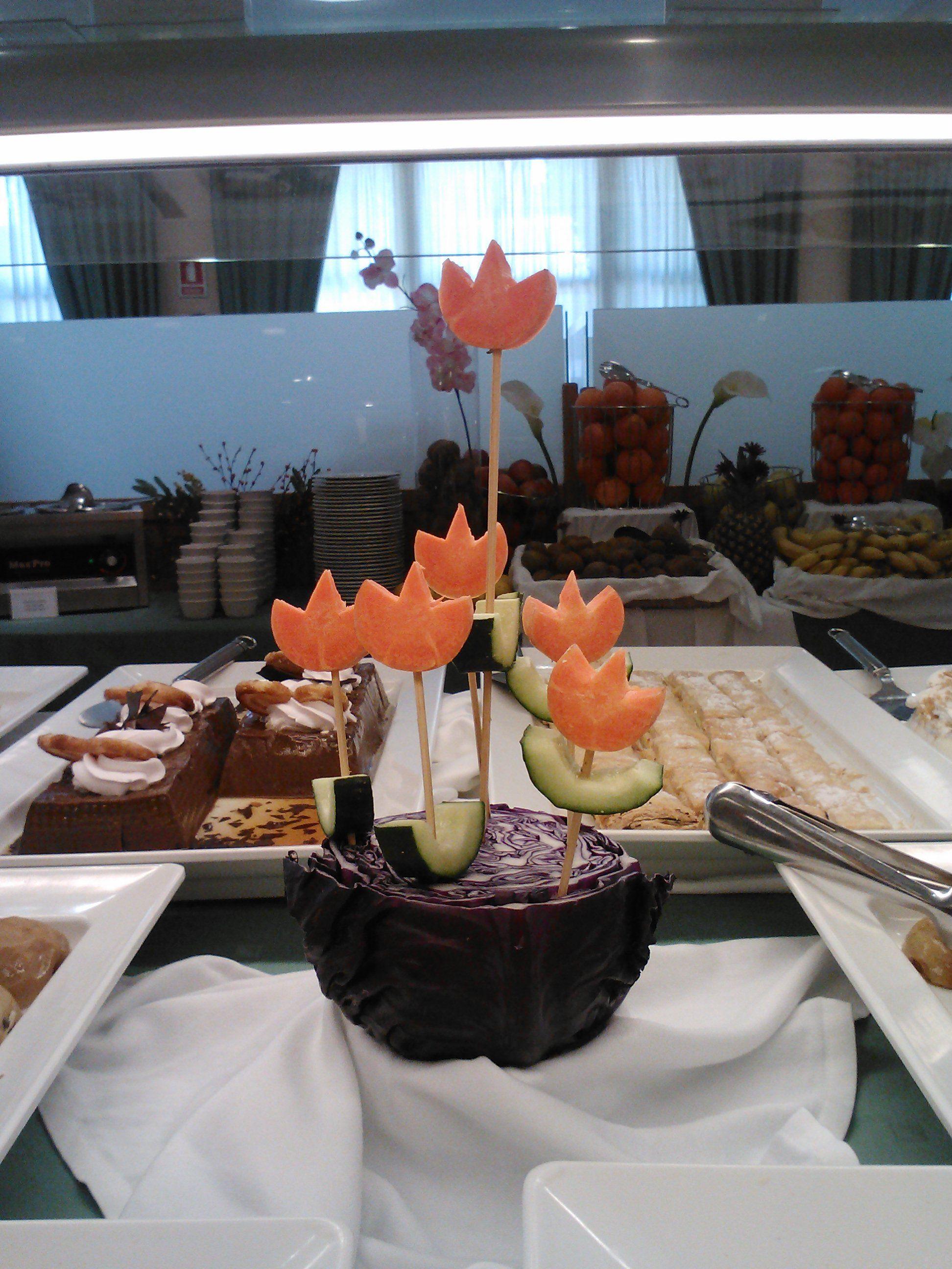 Flores hechas con zanahorias y pepino decoraci n buffet - Flores para cocinar ...
