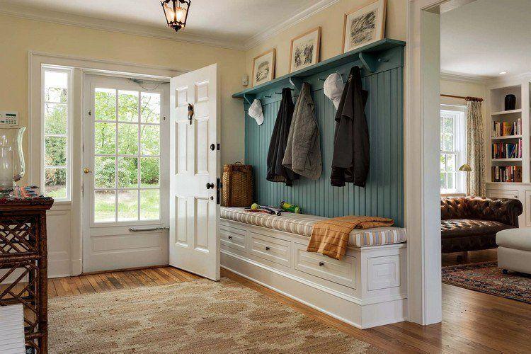 idée déco entrée maison avec patère en bois, banquette intégrée et ...