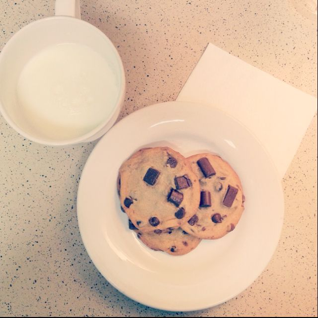 The late night snack : chunky chocolate chip cookies and milk ^_^