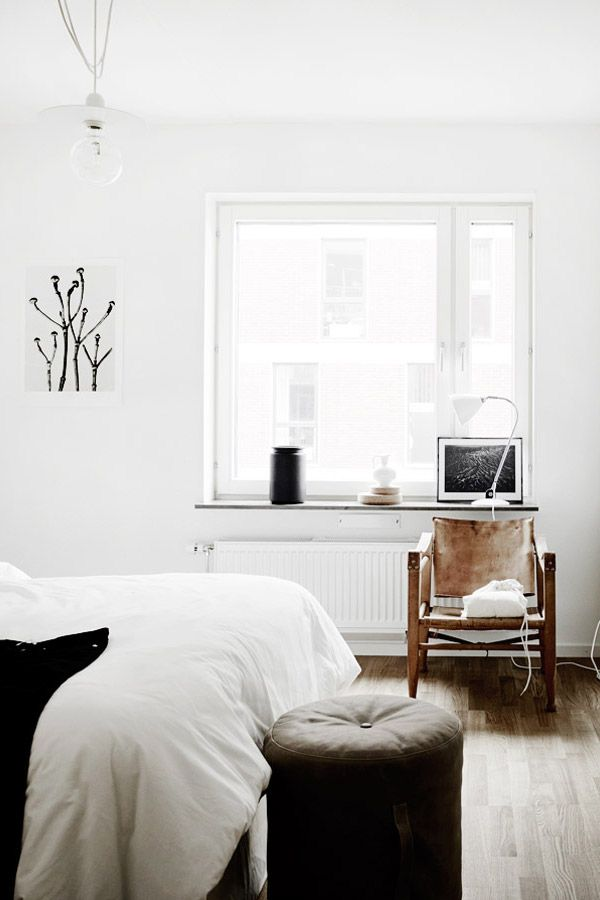 Minimal bedroom with great vintage leather chair wohnen for Schlafzimmer einrichtung ideen