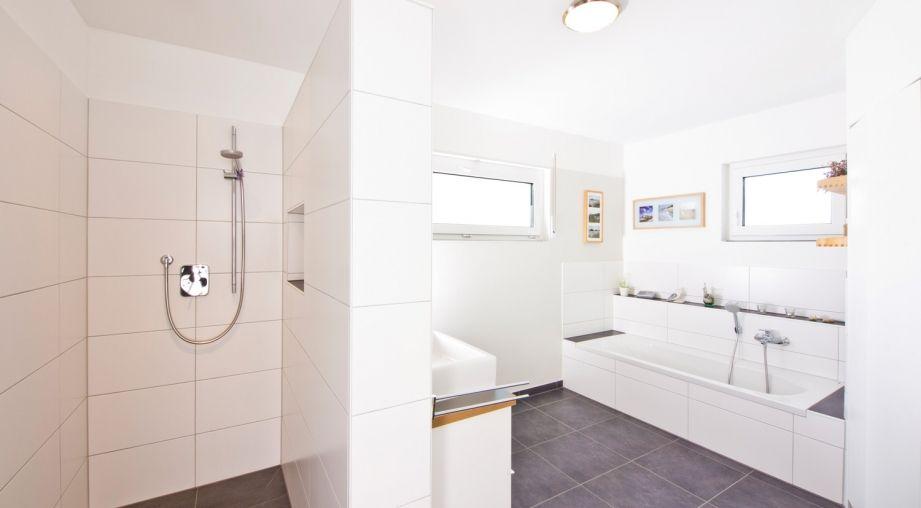 helles badezimmer mit fliesen bis unter die decke haus przybilla von fertighaus weiss. Black Bedroom Furniture Sets. Home Design Ideas