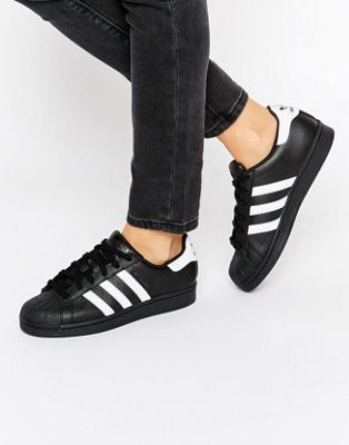new styles 4db07 be9b1 Zapatillas en blanco y negro Superstar de Adidas Originals