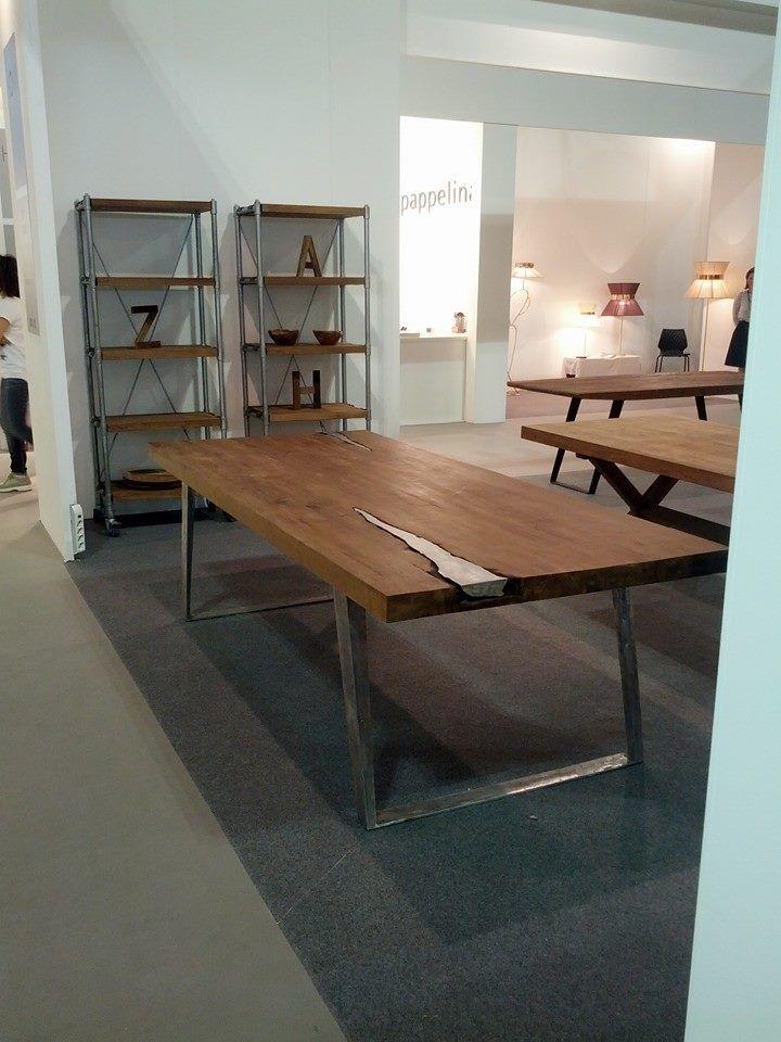 tavolo in legno masello con insertoin metallo in fusione ...