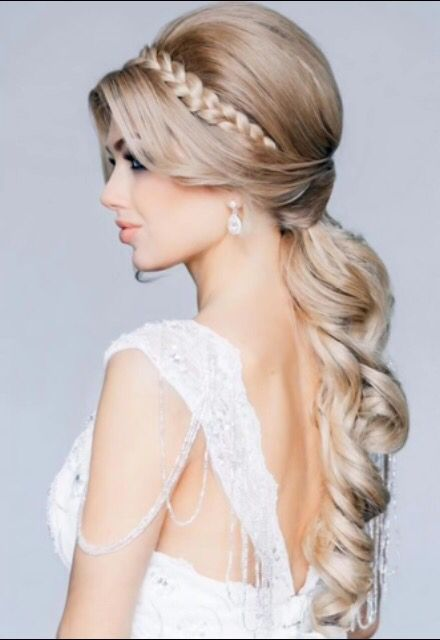 Curly pony with accent braid