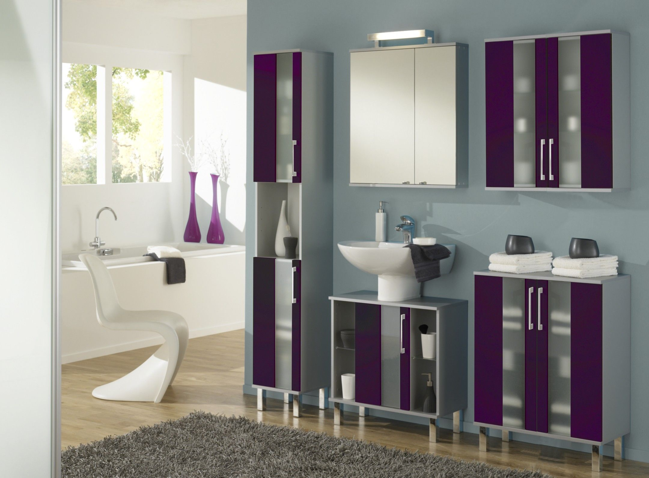 Stauraum Badezimmer ~ Die farbenfrohe badezimmerkombination badezimmer brombeer glanz