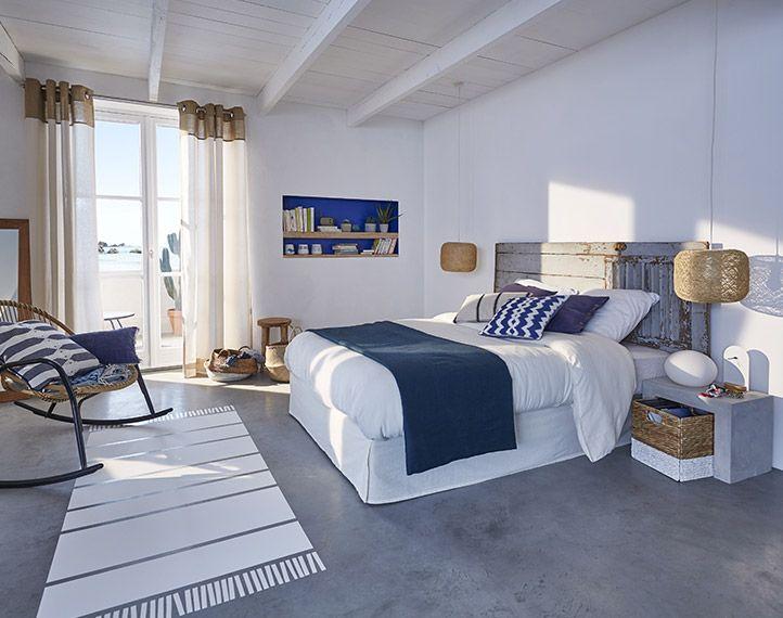 pour rafraichir une chambre baign e de soleil on s 39 appuie sur une d co domin e par le blanc des. Black Bedroom Furniture Sets. Home Design Ideas