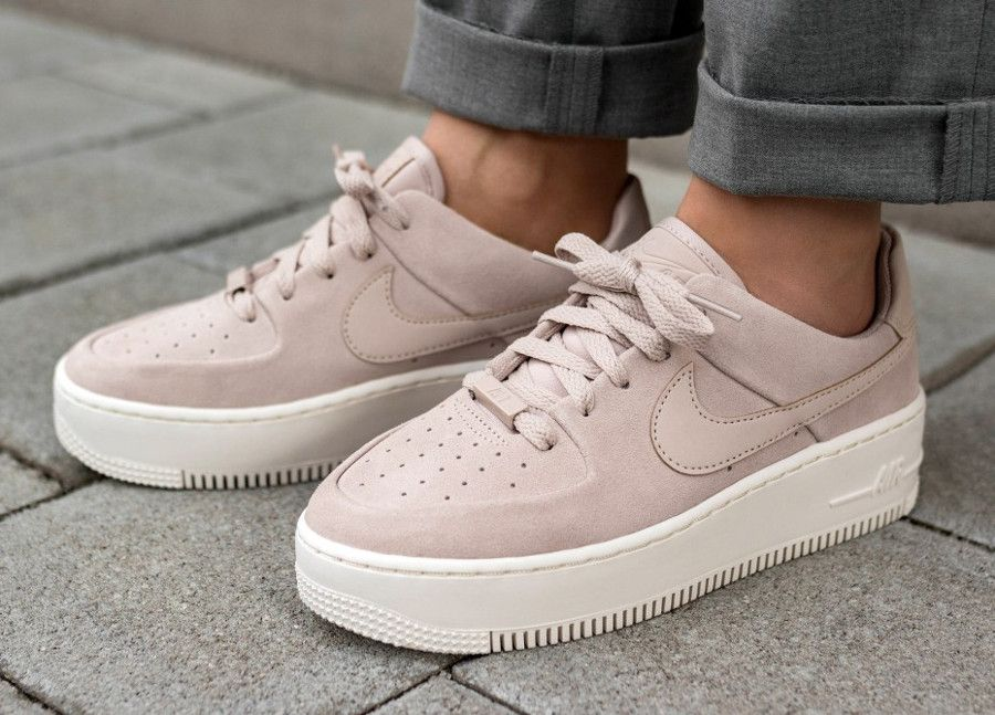 sneakers for cheap ea0cb 2b25e Retrouvez notre review de la nouvelle Nike Air Force One Sage XX avec une  semelle épaisse. La chaussure féminine style Puma Creeper est disponible en  daim ...